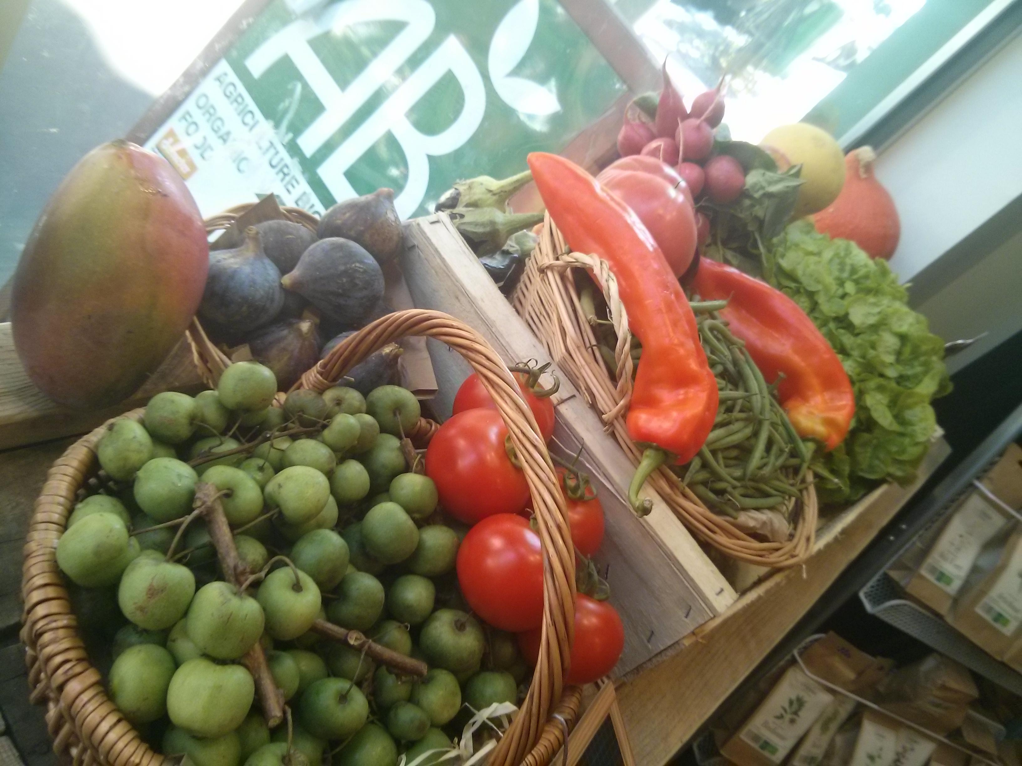 Mangue, figue, poivrons, haricot vert, radis, et au premier plan le kiwaï.